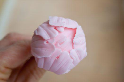 Su Cake Journal ho trovato il tutorial per realizzare delle bellissime peonie in pasta di zucchero…. ecco, personalmente non credo che arriverò mai a cimentarmi con una realizzazione tanto difficile, accontentandomi dei miei semplici cupcake, solo che sono così belle che ho pensato di riproporvele…. insomma, so che fra voi ci sono delle artiste nell'arte della decorazione di dolci! Baci baci!! –        Continue reading...