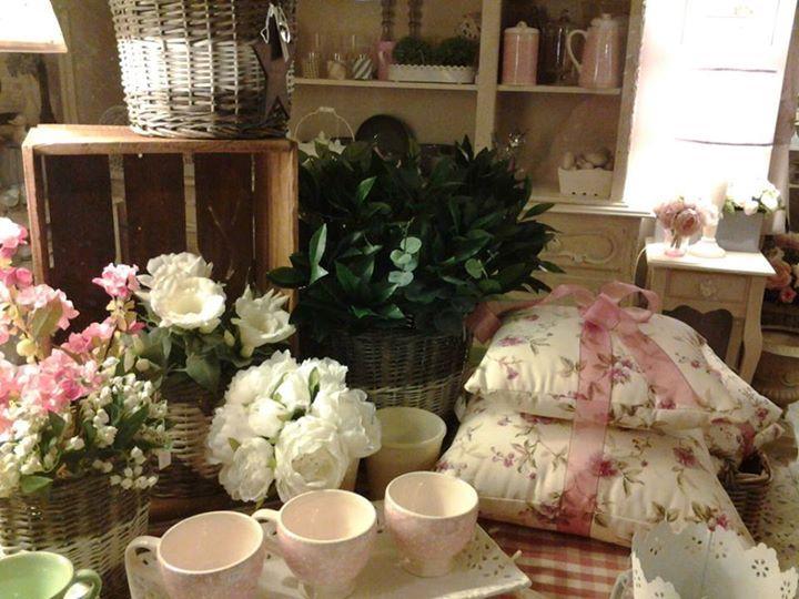 cuscini e tazze rosa
