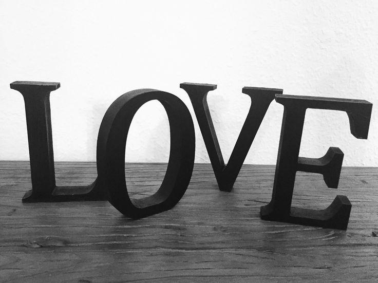 Love  Køb bogstaver evt i panduro (disse er købt til kreativ messe)  Mal dem den ønskede farvede.  Meget nemt og alternativt til beton bogstaver