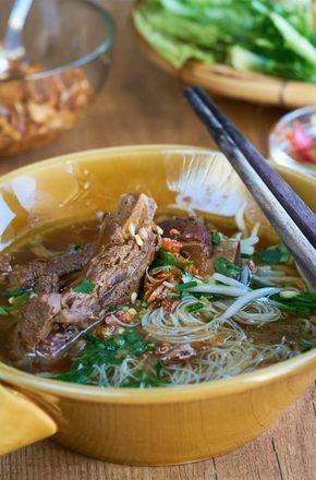"Hoy os traigo otra versión diferente, sopa de noodles con costilla de cerdo o ""Kuay Tiaw Si-Krong Muu Tun"" (ก๋วยเตี๋ยวซี่โครงหมูตุ๋น) que traducido literalmente significa, sopa de noodles con costilla de cerdo guisada."