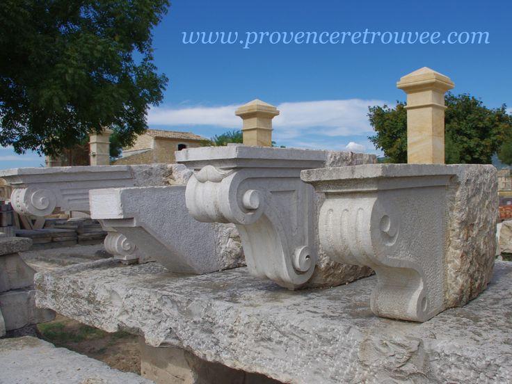 Corbeaux anciens en pierre permettant de soutenir un balcon...