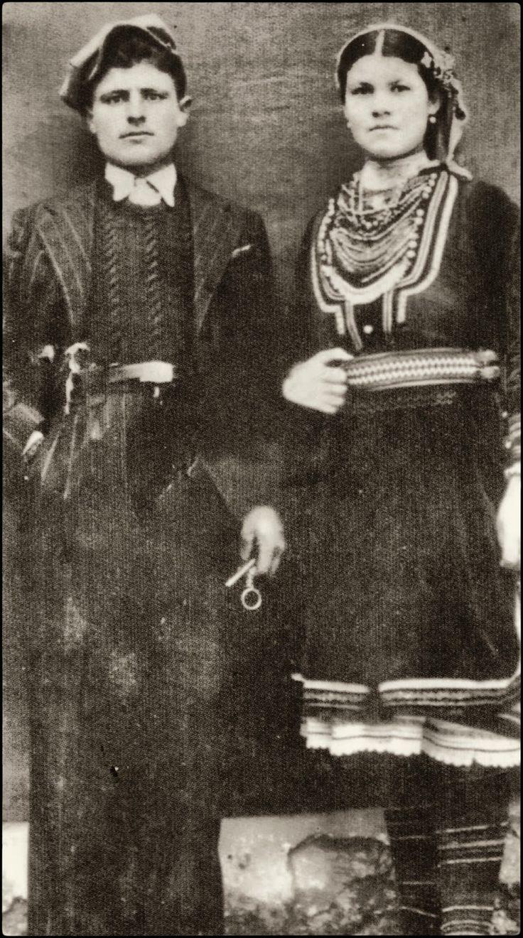 Ζευγάρι Βλάχων. Οι Βλάχοι του Ροδολίβους σύμφωνα με μαρτυρίες των παλαιοτέρων βρέθηκαν στο Ροδολίβος γύρω στο 1870-1880 μ.Χ. και έφτασαν μετά από πολλές περιπλανήσεις και περιπέτειες, όταν ο Αλή Πασάς των Ιωαννίνων κατέστρεψε ολοκληρωτικά την Γράμμουστα κωμόπολη πάνω στο βουνό Γράμμος, γιατί του ήταν εμπόδιο στις επεκτατικές του επιθυμίες. Οι Βλάχοι που έμεναν εκεί αναγκάστηκαν να διασκορπιστούν σε πολλά μέρη της Βόρειας Ελλάδας και ειδικά στην Ανατολική Μακεδονία Σέρρες-Δράμα.