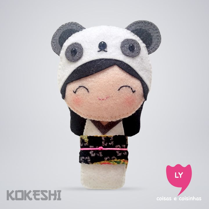 Curiosidade: Kokeshi (boneca em japonês) são bonecas de madeira produzidas artesanalmente. Sua primeira aparição foi em meados do período Edo (1600-1868), para serem vendidas como souvenir aos visitantes das fontes termais do nordeste do Japão. Elas também significam sorte e cada cor tem um significado.  #kokeshi #boneca #japão #branco #white #panda #tranquilidade #happy #sorte #lucky #felt #lycoisasecoisinhas