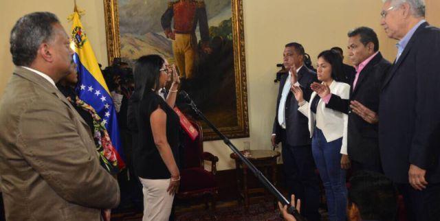 Oposicionistas haviam se recusado a reconhecer a ANC, mas quatro dos cinco eleitos juramentaram cargo no órgão; Maduro disse que vai se reunir com eles