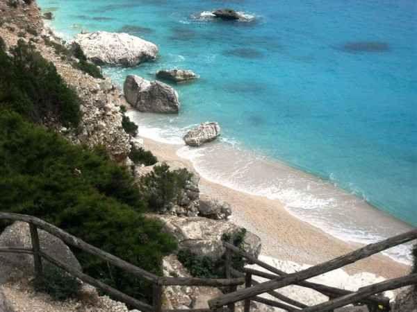 5 spiagge paradisiache in Sardegna, tutte nella provincia d'Ogliastra Conosci l'Ogliastra, una delle recenti province della costa est della Sardegna?? In questa zona dell'Isola lungo la Costa Orientale, si affacciano 5 spiagge da sogno dove ti sentirai come in paradis #sardegna #spiagge #ogliastra #calaluna