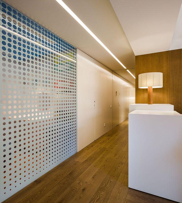 Los responsables de esta clínica dental, diseñada por Alfred Garcia Gotós, querían un espacio lo más amable y doméstico posible, huyendo de la típica frialdad
