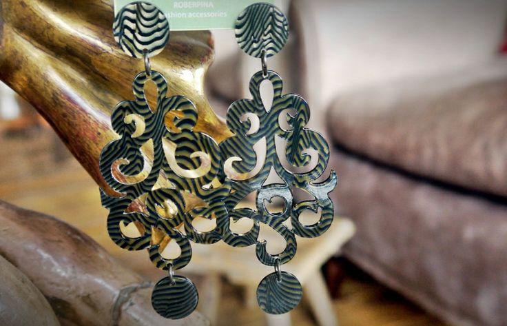 Fascino e raffinatezza negli Orecchini Trifari piccolo chandelier. Originali nuove idee della collezione 2013 di Roberpina, sono realizzati a mano in Acetato di cellulosa verdone senape con pendente rotondo.  Perfetti complici di occasioni speciali o abbinati al casual di ogni giorno, poi, se ti va, raccontaci come li indossi. € 38,00