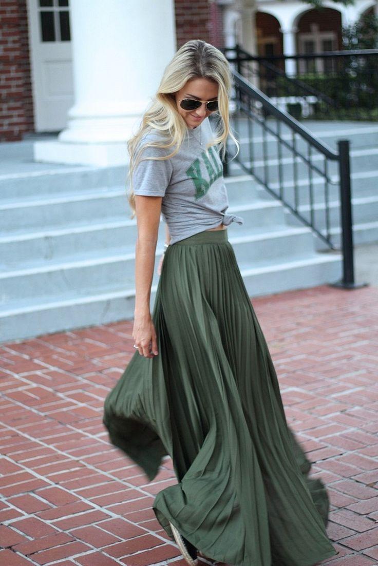 Langer Faltenrock kombiniert mit einem Hemd mit zentralem Aufdruck. Street Style ….