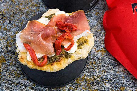 Pestopizza med parmaskinka och grillad paprika