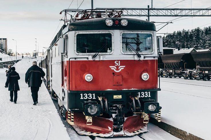 Our swedish train starting in Narvik. __________________________ #dekography #dreamworldimages #exploretocreate #igtravel #landscapehunter #ourplanetdaily #eos6d #travelblogger #travel #fiftyshades_of_nature #instapassport #passionpassport #wondermore #adventureanywhere #mindthemountains #explorewildly #ig_thisworld #canon #modernwild #earthvisuals #iamtb #diewocheaufinstagram #explorewithfriends #wekeepmoments #landscape #train #station #sj #visitnorway #trainspotting  @moodygrams…