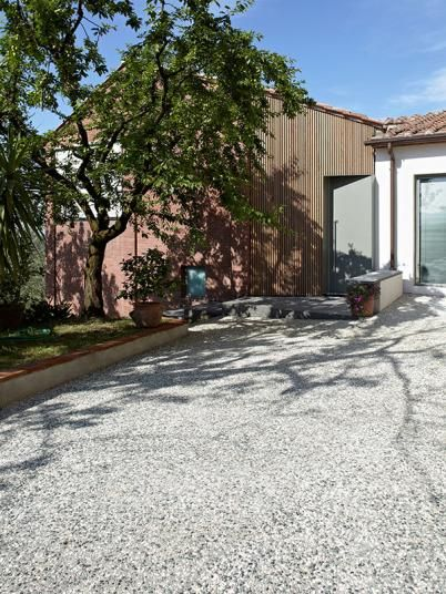 Světle šedý kamenný koberec před domem, podlahy BOCA Praha. / Light gray stone carpet in front of the house, BOCA Praha flooring.  http://www.bocapraha.cz/cs/produkt/1059/sassoitalia/