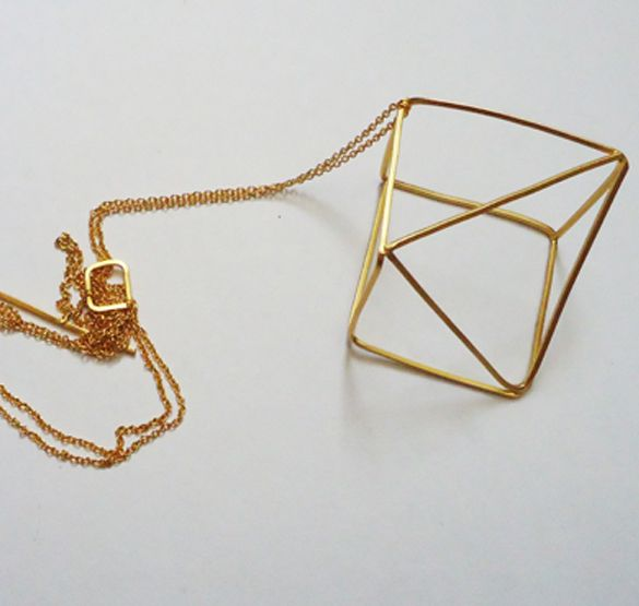Pieza realizada a mano, en hilo de alpaca cuadrado, con baño de oro mate. Moderno y minimalista.La cadena tiene un largo aproximado de 75 cm, con un cierre acorde al diseño.