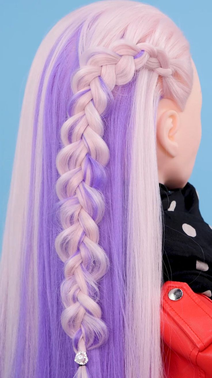 Las trenzas de lado son el nuevo peinado de temporada, se pueden combinar con diversos estilos, añadir broches e, incluso, aportan un toque sofisticado y relajado a tu estilo. Cute Hairstyles For Medium Hair, Medium Hair Styles, Braided Hairstyles, Cool Hairstyles, Long Hair Styles, Facial Tips, Barbie, Hair Highlights, Purple Hair