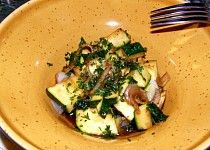 Teplý cuketový salát k masu, rybě a pod.