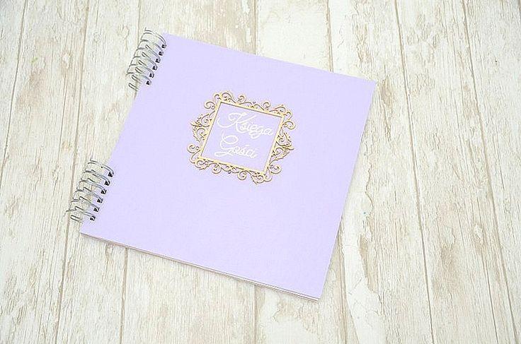 Pudrowy fiolet to nieczęsty gość na weselu! Dlatego ślubna księga gości w kolorze fioletowym to strzał w dziesiątkę :)  Księga jest dostępna w sklepie internetowym Madame Allure.