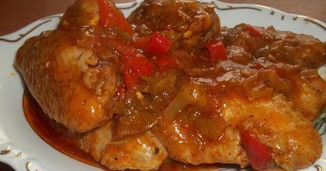Aripioarele de pui cu legume sunt un preparat delicios, usor de preparat si satios. Ai nevoie de: 1 kg de aripioare, 2 ardei rosii, piper negru, cimbru, boia, unt si 100 ml sos de rosii Mod de preparare: Aripioarele de pui se condimenteaza cu sare, piper, cimbru si boia. Se prajesc intr-o oa