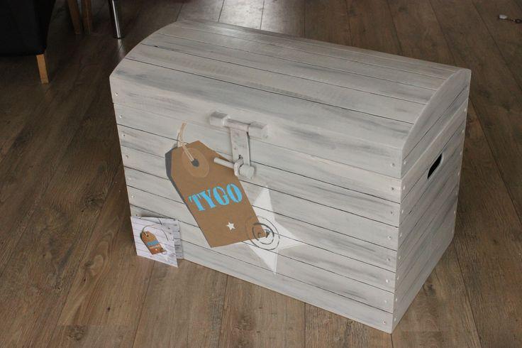 Deze unieke Houten speelgoedkisten beschilder ik in de stijl van het geboortekaartje. Verkrijgbaar in 64 cm of 75 cm www.jessika-atelier.nl