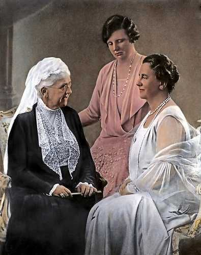 Op paleis Noordeinde wordt een groepsfoto gemaakt met koningin-moeder Emma, prinses Juliana en koningin Wilhelmina (r)