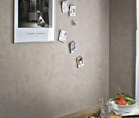 L'enduit qui fait oublier n'importe quel support  Votre vieux mur est irrégulier, le crépi fait peine à voir, les trous sont nombreux ?   Certains enduits savent désormais lisser vos murs tout en donnant une belle couleur à la pièce.   Appliqués à la taloche sans sous-couche sur crépis, enduits ou même toile de verre, ils offrent une jolie palette de teintes naturelles et donnent aux murs un aspect texturé très chaleureux.
