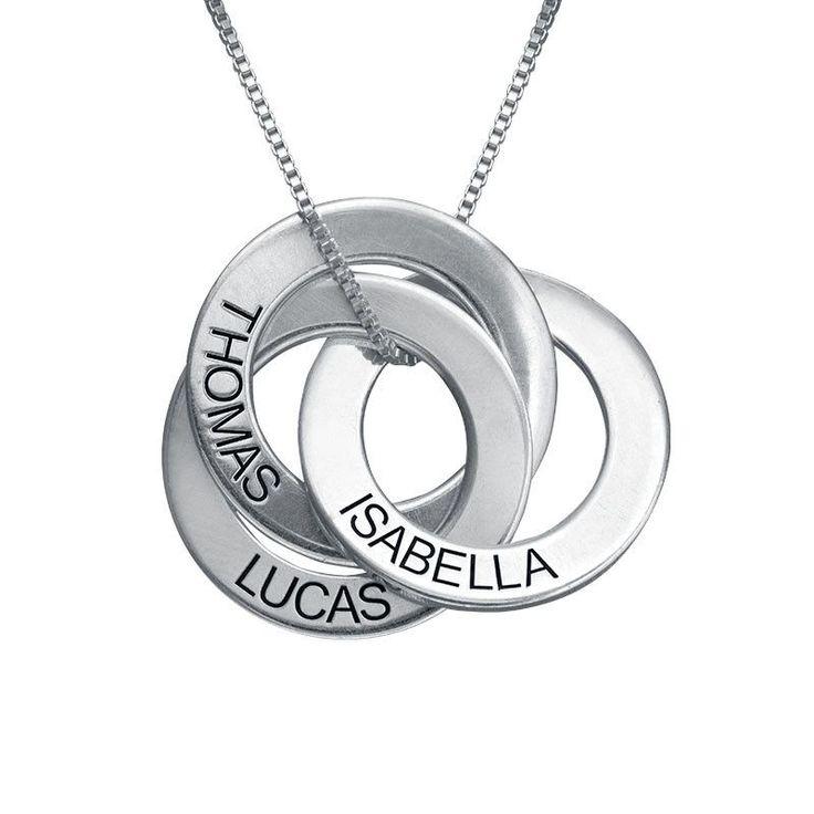 Mit dieser modischen Kette mit drei Ringen können sie auf modische Art und weise Ihre Liebsten bei sich tragen. Lassen Sie auf jedem Ring dieser wunderschönen Russischen Ring Kette einen Namen eingravieren. Der Anhänger besteht aus Silber und hängt an einer Venezianerkette aus Sterling Silber. Auch erhältlich mit <a href=./product.aspx?p=3526>750er Vergoldung </a> und mit <a href=./product.aspx?p=3527>750rt Rosévergoldung</a>.