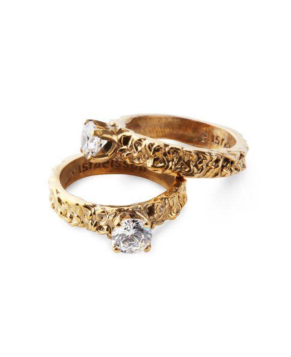 En underbart strålande ring som drar uppmärksamheten till handen! Ringen är i brons med en 6,5 mm stor vit Swarovskisten av högsta kvalitet. Mått: Ringen ca 4 mm bred. Stenen, 6,5 mm. Storlekarna 16,5mm, 17mm och 17,5mm är tillfälligt slut i lager FRI FRAKT