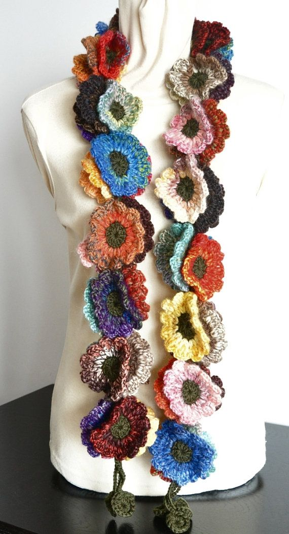 Fijn dat je even rondkeek. Deze sjaal heeft 51 PCs van 3,25/ 8cm hand gehaakte bloemen. De lengte van eind tot eind is ongeveer 58, kleuren en lengte kunnen worden gemaakt om te bestellen. De sjaal is gemaakt met 66% wol en 34% acryl mix meerkleurige garens en garens van donkere groene mix.