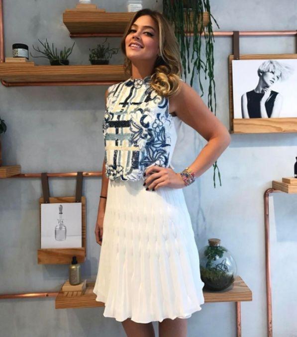 Em uma proposta super feminina, o cropped bordado e a saia plissada foram as escolhas da digital influencer Marcella Tranchesi.