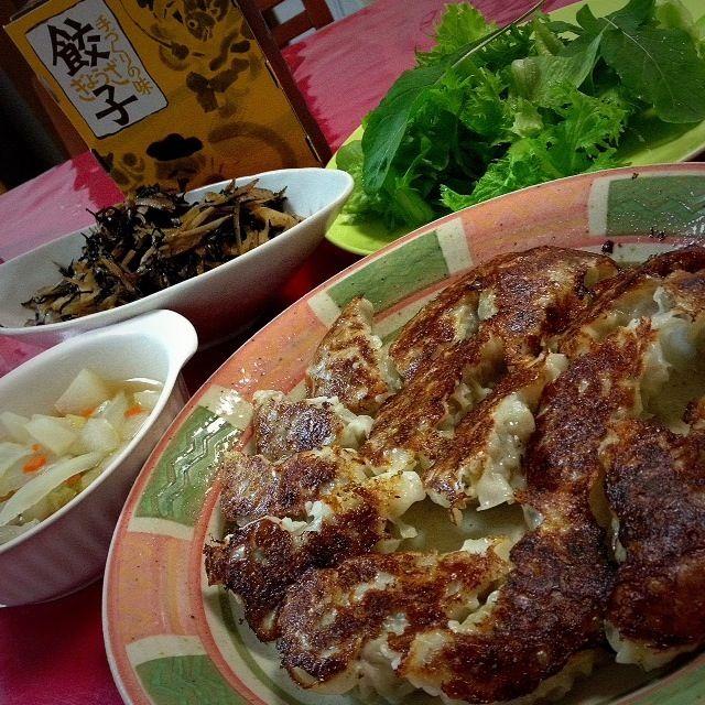 名古屋  近鉄にある「寿屋」の餃子〜  パパはこれがあると上機嫌です。  蒸してあるから、軽く焼くだけで、 お肉ギッシリ、ジュ〜シ〜な餃子が食べられます〜ヽ(*^∇^*)ノ  ・鎌倉野菜サラダ ・白菜のコンソメスープ ・根菜類とひじきのきんぴら - 143件のもぐもぐ - 名古屋「寿屋」の餃子 by 志野