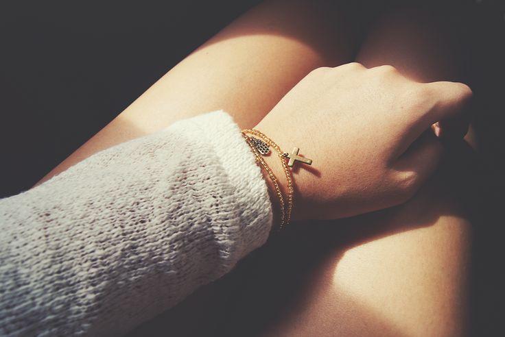 F I S H - t | Pulseras doradas con charms. http://fish-t.com/edicionlimitada/       #bisuteria #joyeria #artesania #barcelona #modabcn #tallerbisuteria #tallerjoyeria  #jewelry #tiendabisuteria #atelier #delicatejewelry#photography #hamsa #cross #cruz#m
