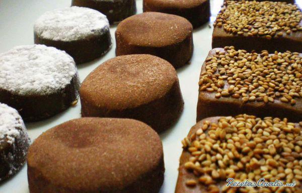 Aprende a preparar polvorones de chocolate con esta rica y fácil receta.  1. Mezcle todos los ingredientes, separando la mitad de azúcar glas para el final, hasta qu...