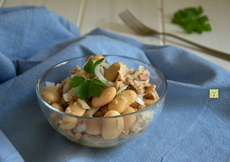 L'insalata di tonno e fagioli è un piatto molto gustoso, facile, economico, perfetta per un pranzo o una cena veloci o da portare in ufficio.