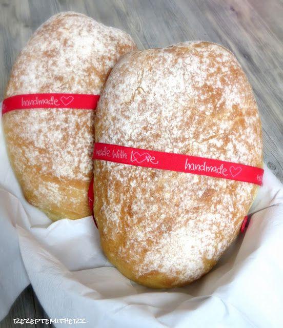 Ihr sucht noch das perfekte Brot zum Grillen? Dann probiert doch mal dieses italienisches Weißbrot, mit einer krossen Kruste und einem fluffigen Inneren.          Ihr benötigt für 2 Brotlaibe:  550 g