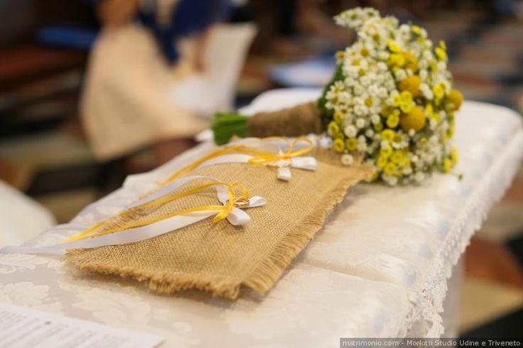 Cuscino portafedi con decorazioni gialle per matrimonio