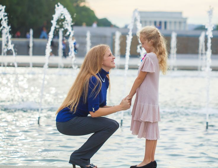 Lincoln Photography www.RLincoln.com     wwii memorial in dc, outdoor family portrait session, good spots in dc for family portraits, mother daughter portrait photography