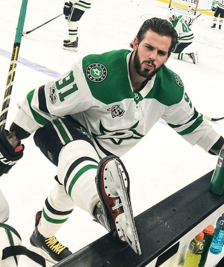 Tyler Seguin Streching and Blue Steeling