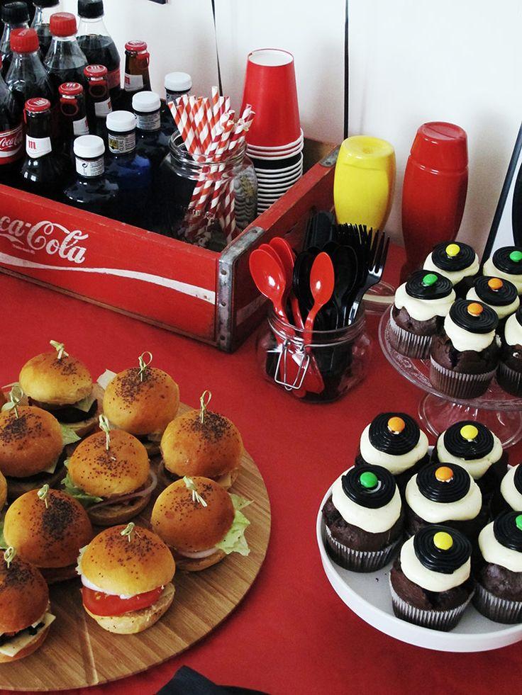 Decoración mesa fiesta rock&roll. Caja vintage de Coca Cola | Blog www.micasaencualquierparte.com
