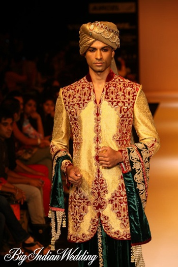 Shyamal & Bhumika ethnic wear for men. I want to wear this for the holiday parties I'm going to.