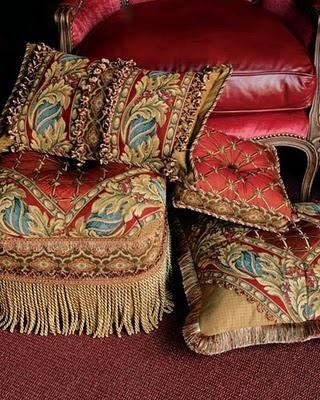 <3<3: Beautiful Couch, Pillows Tassels, Pillows Decor, Pillows Talk, Seats Cushions, Couch Pillows, Pillows Linens Fabrics Quilts, Beautiful Red, Cushion Pillows