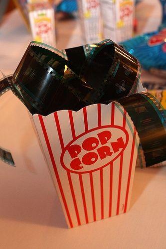 la décoration de table thème hollywood : boite pop corn  et film