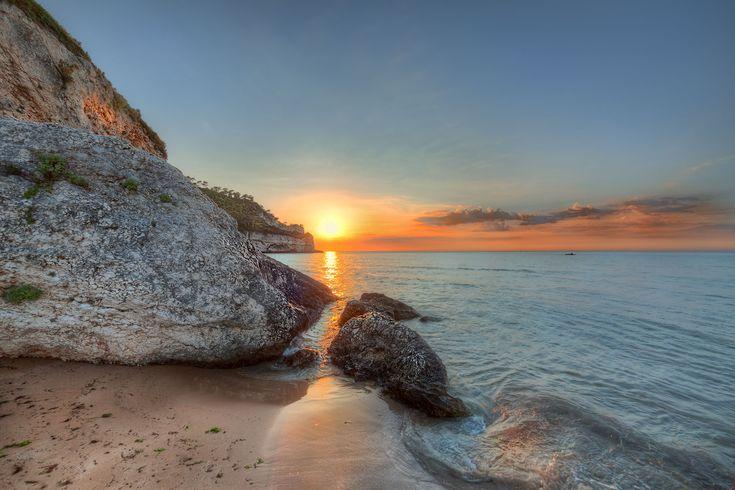 peschici tramonto su spiaggia e scogli albano nicola foto