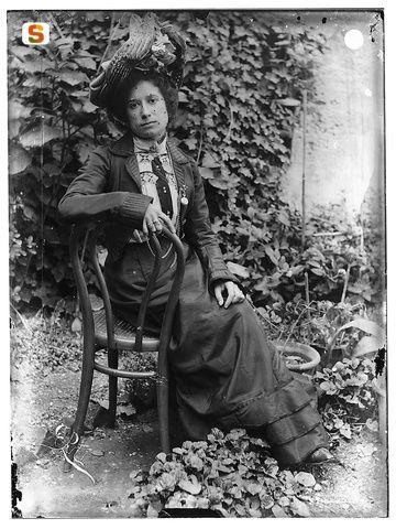Ritratto di Pierina Peltz su sedia viennese in giardino