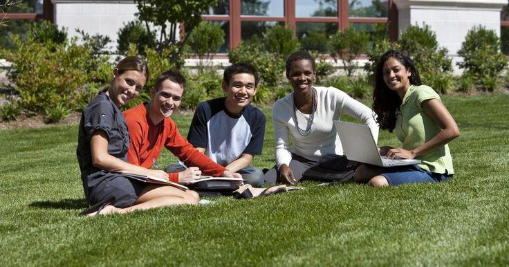 Como se apresentar à classe no primeiro dia de aula. O primeiro dia de aula para os professores é o momento em que eles se apresentam aos alunos e explicam o tipo de pessoa que são. A maioria dos alunos está cheia de energia no primeiro dia de aula; eles anseiam por saber como os professores são. Como professor, sua função é apoiar os alunos e explorar o seu potencial. Tomar um tempo para se ...