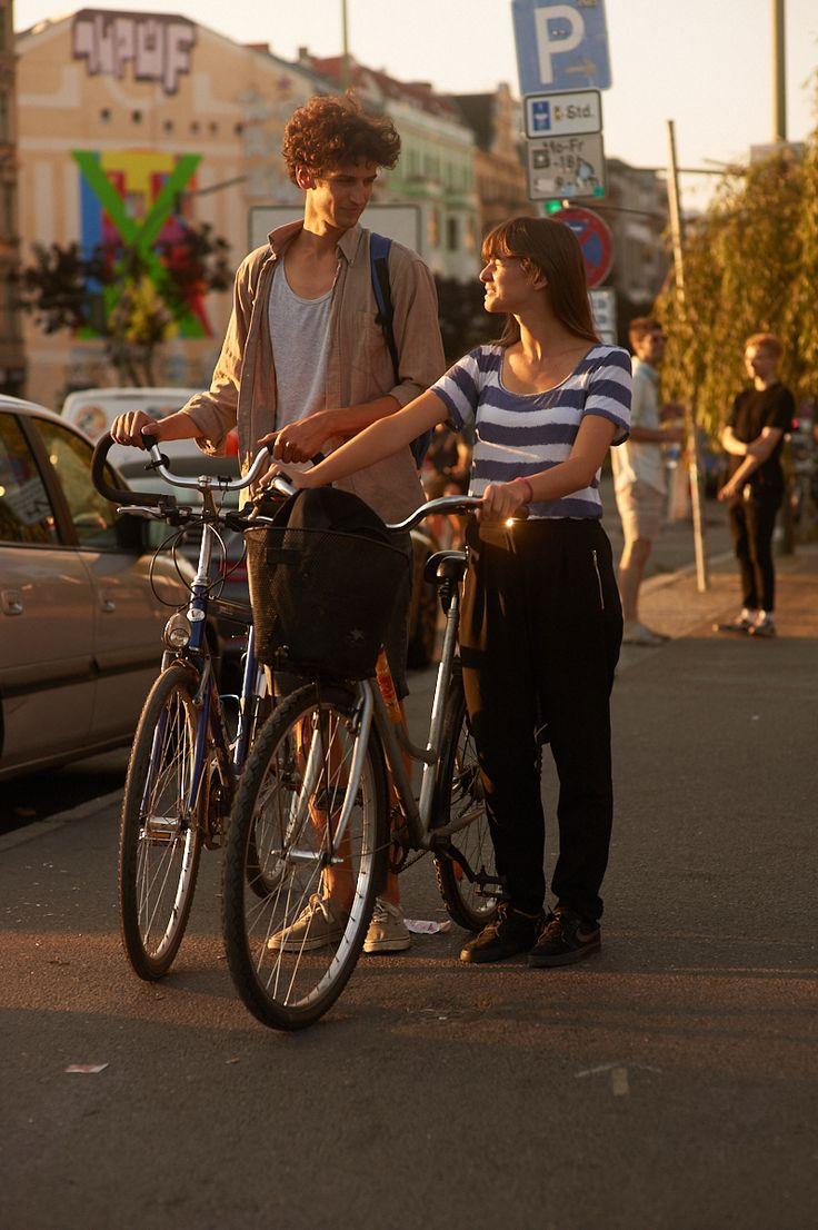 Streetstyle: In diesen Looks genießt Berlin den sonnigen Herbst am Kanal #refinery29  http://www.refinery29.de/streetstyle-wir-genie-en-die-letzten-sommertage#slide-4  Rita, 26, und Adrian, 27, gehen auf eine Radtour....