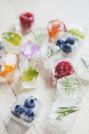 水にベリーやフルーツ、ハーブなどを入れて固めたアイスキューブ。美しく爽やかな見た目が夏のドリンクにぴったり。