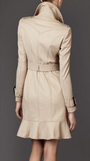 La futura reina de Inglaterra hace un guiño a la moda inglesa luciendo este favorecedor trench de Burberry.