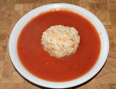 Für die burgenländische Paradeissauce die Paradeiser waschen, vierteln und mit etwas Wasser weich kochen. Anschließend werden die Tomaten passiert.