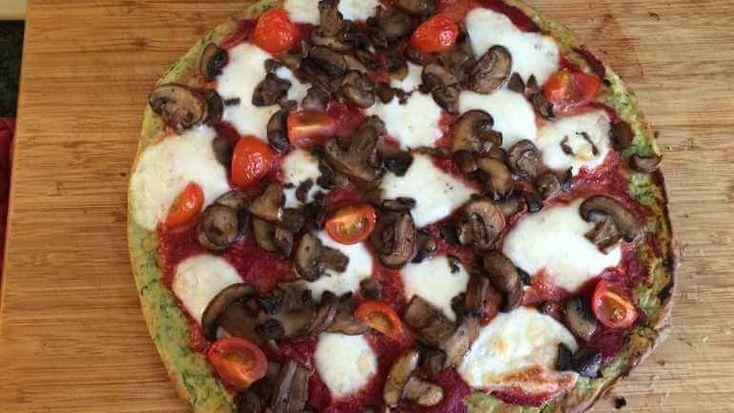 Pizza met een bodem van courgette en topping van mozzarella, tomaten en champignons is niet alleen super lekker maar ook gezond. Bekijk het simpele recept.