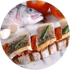TARTINE DE FILET DE BAR, PUREE DE TOMATES A L'AIL