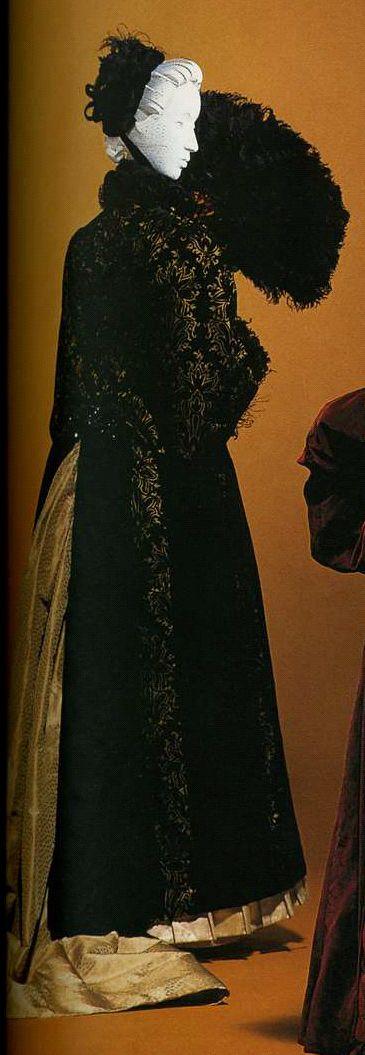 Пальто. Около 1885. Золотистый фон с черным разрезным бархатом и сплошным черным разрезным бархатом, отделка из перьев, широкий разрез сзади, позволяющий надеть вниз платье с турнюром, украшения из бусин и синели сзади на талии.