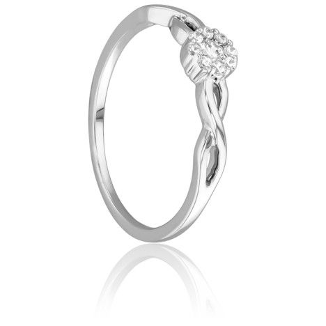 Bague en or blanc 18 carats en forme de fleur composée de diamants sertis à grains dont 8 pour un poids total de 0,07 carat et 1 de 0,07 carat pour un poids total de 0,14 carat.